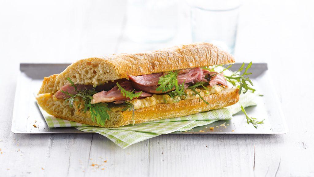 Broodje met knoflook-amandel dip & ham