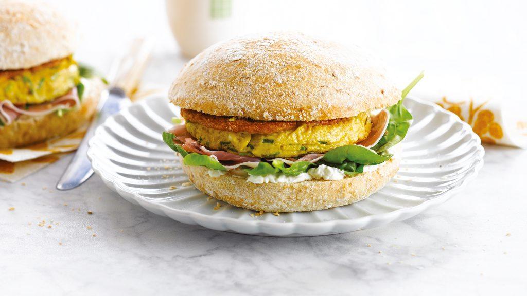 Omeletburger met verse kaas, rauwe ham en jonge spinazie